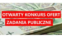 """napis """"konkurs ofert"""" na tle banknotów - Kliknięcie w obrazek spowoduje wyświetlenie jego powiększenia"""