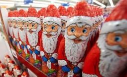 szereg Mikołajów w czekoladzie na półce - Kliknięcie w obrazek spowoduje wyświetlenie jego powiększenia